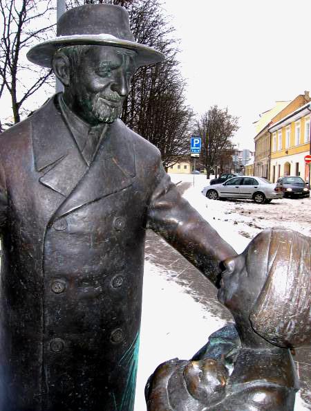 Памятник доктору Цемаху Шабаду в Вильнюсе - прототипу доктора Айболита